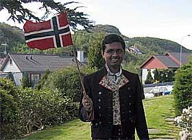 innvandrer_med_bunad_og_norsk_flagg _articleimage